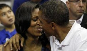 ZAPPING ACTU DU 18/07/2012 - Barack et Michelle Obama s'embrassent lors d'un match de basket-ball