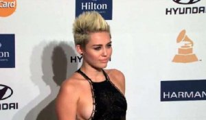 Miley Cyrus Removes Engagement Ring