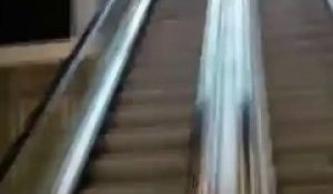 Gros Fail en descendant d'un Escalator!! Fallait pas faire le malin et le grand écart!!