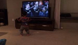 un enfant fan des All Blacks imite le Haka