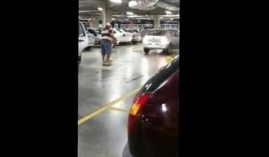 Road Rage de fou pour une place de parking