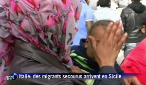 Italie: des migrants secourus arrivent en Sicile