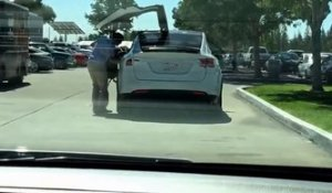 Il surprend un conducteur avec la nouvelle Tesla Model X