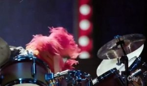 Dave Grohl des Foo Fighters vs The Muppets Animal - Battle de Batterie