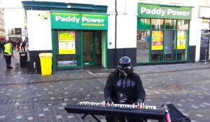 Quand tu tombes sur Dark Vador qui joue la musqiue de Star Wars à Williamson Square Liverpool
