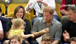 Le Prince Harry se fait voler son Pop-Corn par une fillette de 3 ans à un match !