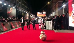 BB-8 se prosterne devant les princes William et Harry à l'avant-première de Star Wars VIII The Last Jedi