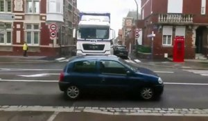 Il se fait arracher sa voiture par un camion qui rate son virage