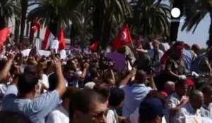 Opposants et partisans du gouvernement face-à-face à Tunis