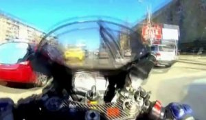 Crash ultra violent en moto en roulant à fond entre 2 files de voitures!
