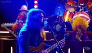 "David Grohl : ""Learn To Fly"" with The Muppets / Foo Fighters"