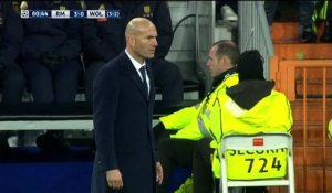 Zinedine Zidane célèbre un but du Real Madrid... et craque son pantalon !