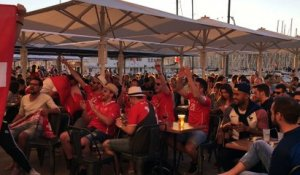 Euro 2016 : les supporters suisses chantent sur le port