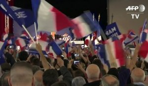 En Meeting, Le Pen attaque Fillon et Macron