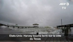Harvey touche terre et menace la côte du Texas d'inondations