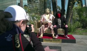 Une statue de Weinstein en peignoir sur Hollywood Bd