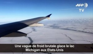 Vue d'avion de Chicago et du lac Michigan gelés