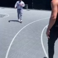 Enes Kanter joue au basket avec le rappeur The Game