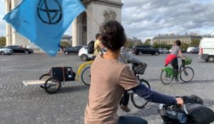 Extinction Rebellion bloque la place de l'Etoile à vélo