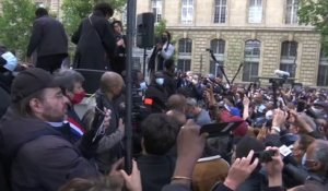 "Rassemblement pour George Floyd à Paris: Camelia Jordana, Pomme, Jeanne Added chantent ""We Shall Overcome"""