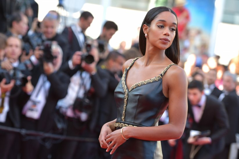 Laura Harrier sculpturale en cuir