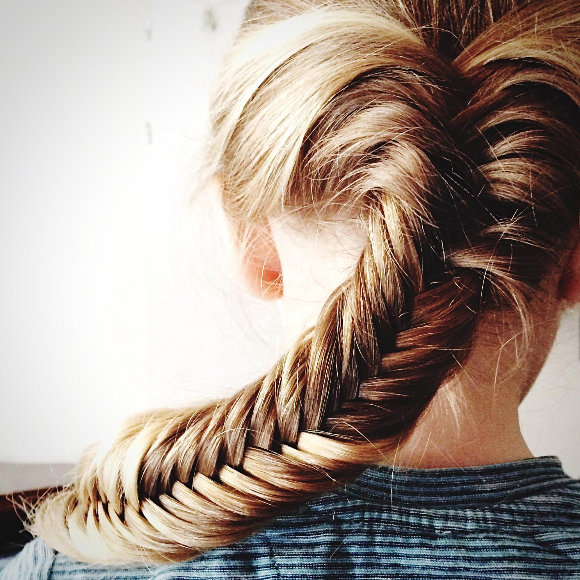 La tresse épi de blé  adaptée aux cheveux longs.