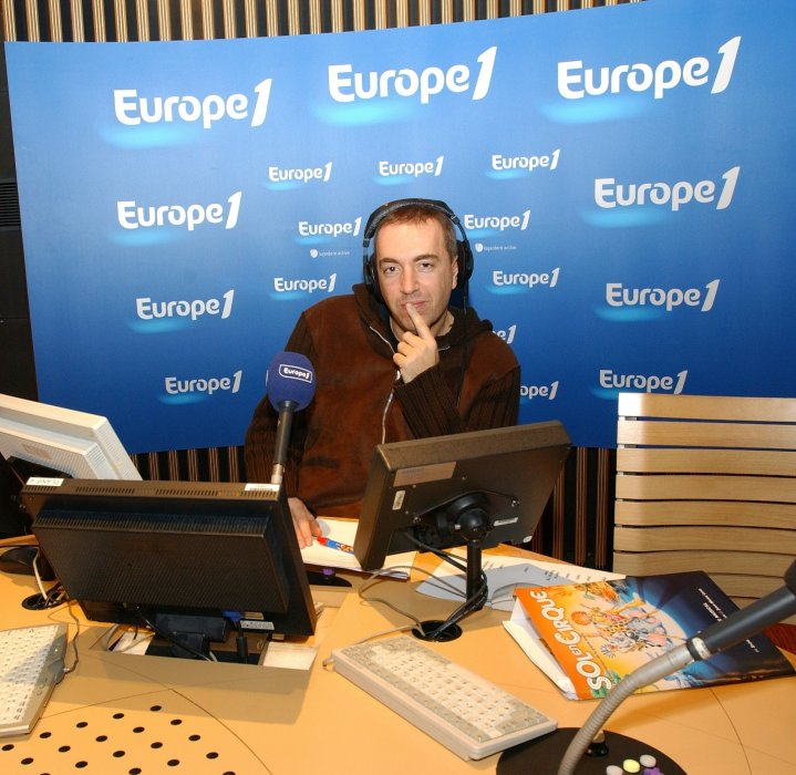 L'animateur-producteur Jean-Marc Morandini pose à Europe 1 à Paris, en 2003.