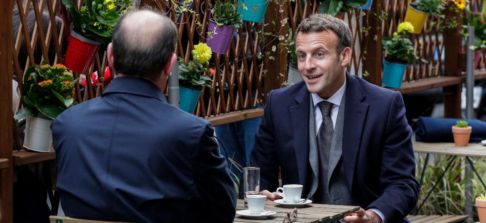 Déconfinement : Emmanuel Macron attablé à la terrasse d'un café