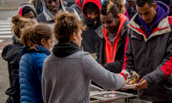 Calais : l'Etat interdit la distribution de repas aux migrants, des associations s'indignent